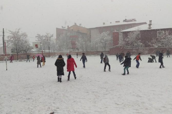Ağrı'da etkili olan kar şehri beyaza bürüdü