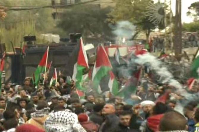 Beyrut'ta protestocular ABD Büyükelçiliği önünde polisle çatıştı