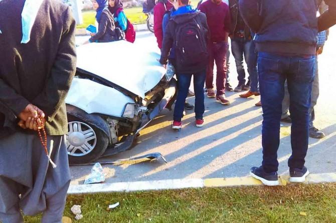 Kontrolden çıkan otomobil kaldırıma çarptı: 2 yaralı