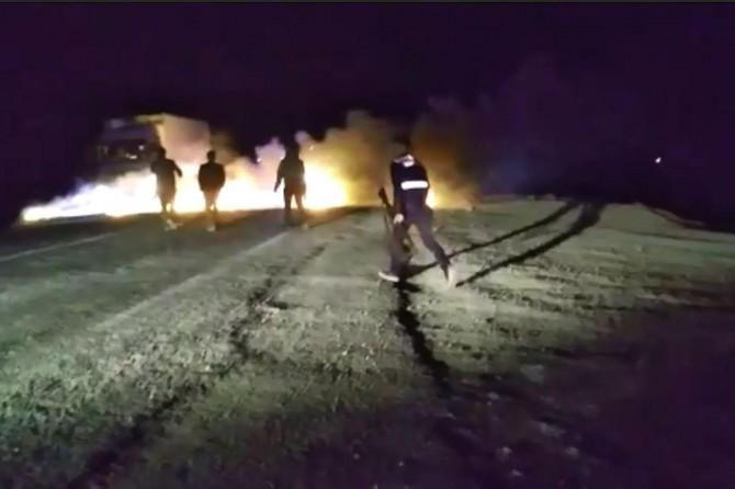 Elektrik kesintisine tepki gösteren köylüler yolu trafiğe kapattı