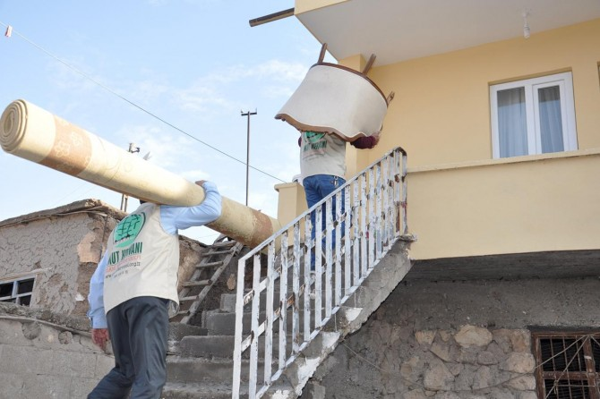 Umut Kervanından evi yanan aileye yardım eli