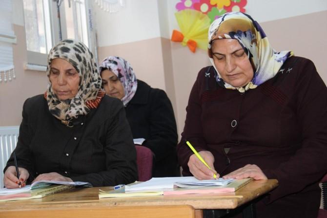 Diyarbakırlı yaşlı kadınların okuma azmi imrendiriyor