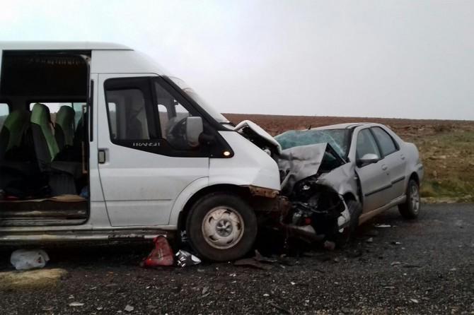 Çınar Solmaz'da öğrenci servisi ile otomobil çarpıştı: 16 yaralı