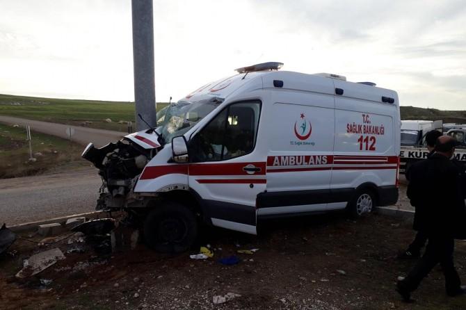 Ambulans ile minibüs çarpıştı: 3 yaralı