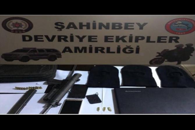 Şüphe üzerine durdurulan araçta silah ve kar maskesi ele geçirildi