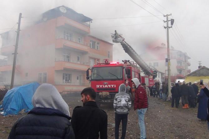 Çıkan yangında binanın çatısı kullanılamaz hale geldi