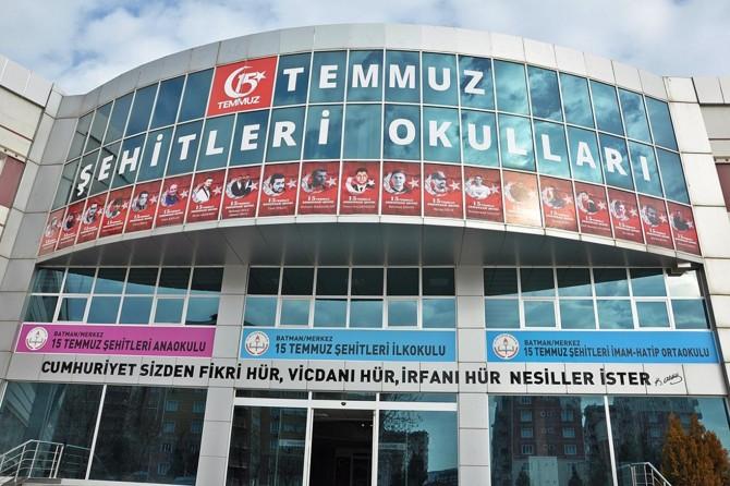 15 Temmuz şehitlerinin fotoları FETÖ'den kapatılan okullarına asıldı