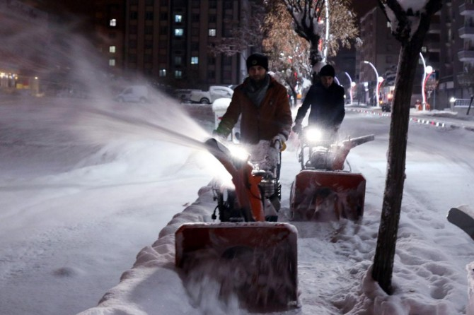 Büyükşehirden gece yarısı karla mücadele
