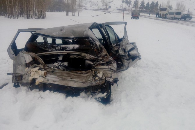 Tatvan-Van Karayolu'nda otomobil ile yolcu otobüsü çarpıştı: 4 yaralı