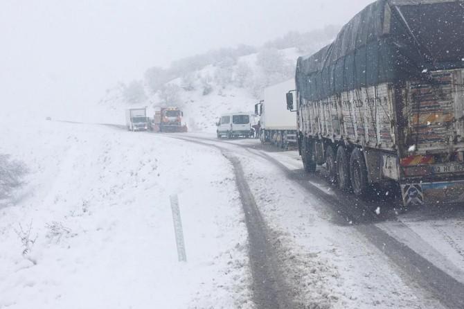 Bingöl'de yoğun kar yağışı nedeniyle araçlar mahsur kaldı