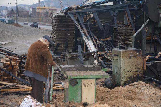 Marangoz atölyesi yanan aile yardım bekliyor
