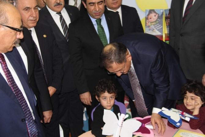 Çevre ve Şehircilik Bakanı Mehmet Özhaseki minik öğrencilere karne dağıttı