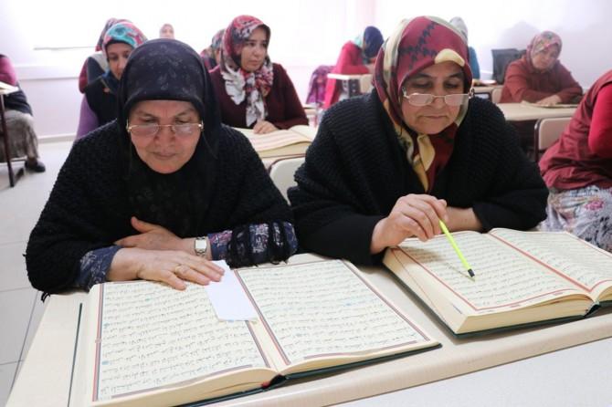Digel emrên xwe yên dirêj bi eşqeke mezin Qur'ana Kerîm hîn dibin