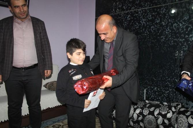 Silopi'de bedensel engelli öğrencinin karnesi evinde verildi