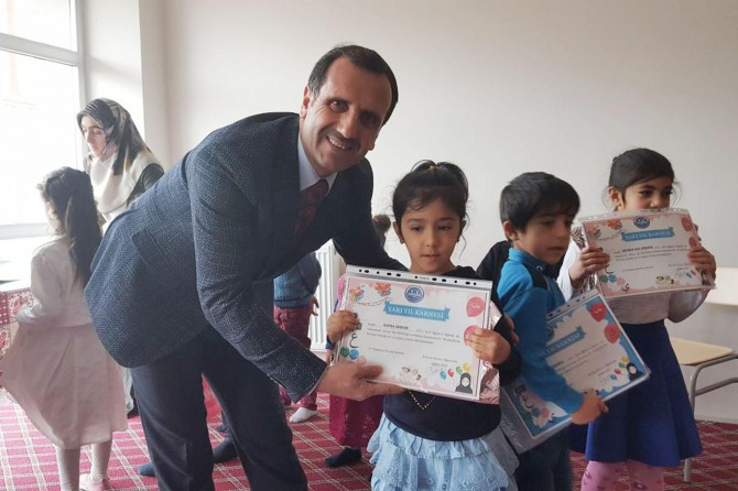 Solhan'da Kur'an kursunda okuyan miniklerin karne heyecanı