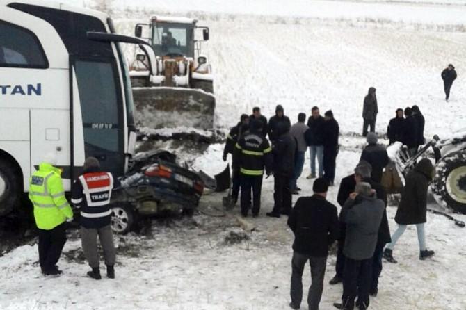 Afşin'de yolcu otobüsü ile otomobil çarpıştı: 1 ölü 4 yaralı
