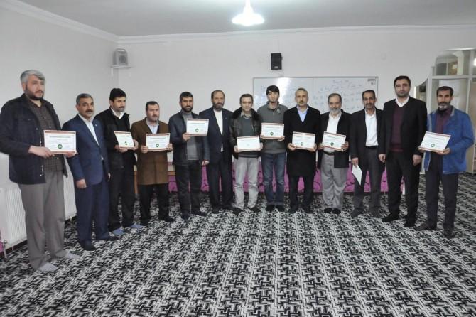 HÜDA PAR'ın Kürtçe kursunu tamamlayanlara sertifikaları verildi