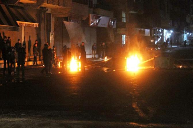 Şanlıurfa'da elektrik kesintilerini protesto eden mahalleli ateş yakıp yolu kapattı