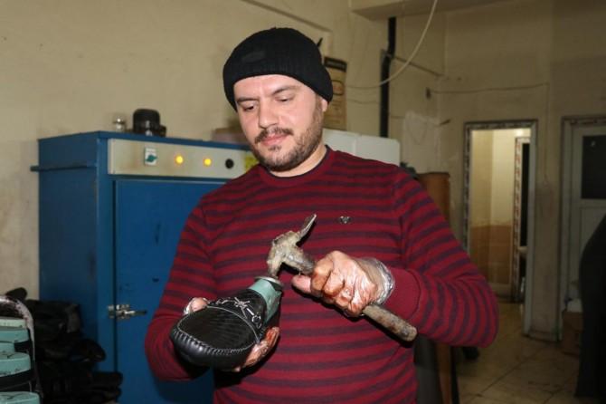 Suriyeli ayakkabı ustası baba mesleğiyle hayata tutunuyor