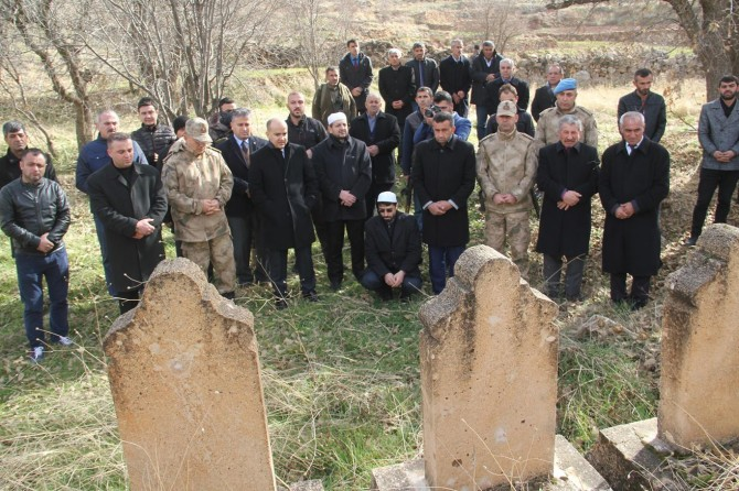 Midyat Başyurt köyü Efeler mezrasında PKK'nin katlettiği köylüler dua ve ağıtlarla yâd edildi