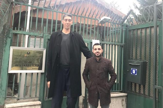 Dünyanın en uzun adamı Mısır'a gitti