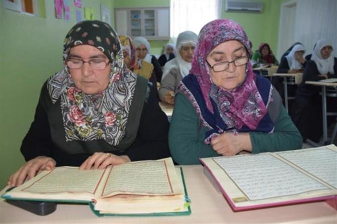 Yaşlı kadınların Kur'an'ı öğrenme azmi imrendiriyor