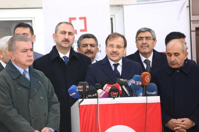 Çavuşoğlu ve Gül'den sınırda görev yapan gazetecilere ziyaret