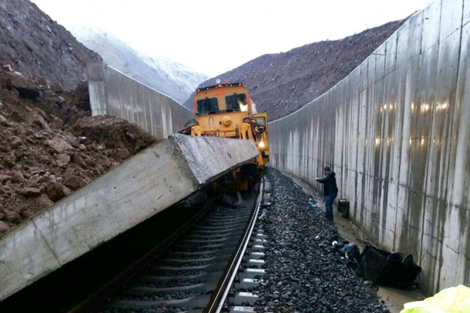 Yapımı devam eden demiryolunda kaza: 2 işçi yaralı