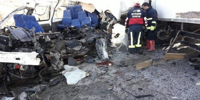 TIR ile minibüs çarpıştı: 8 ölü (Güncellendi)