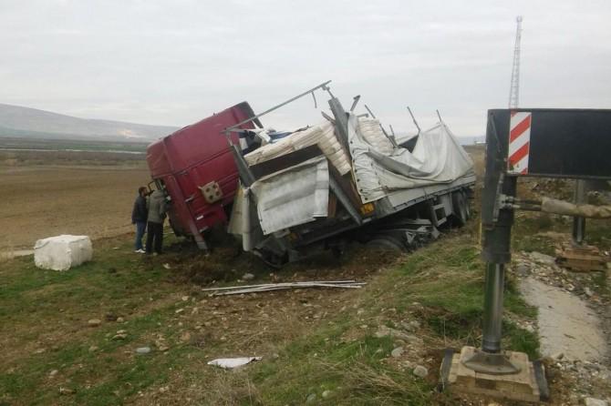 Batman Samanyolu köyü yakınlarında pamuk yüklü TIR devrildi: 1 yaralı