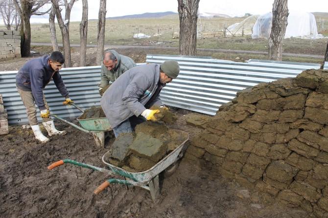 Köylüler sonraki kış için hazırlık yapıyor