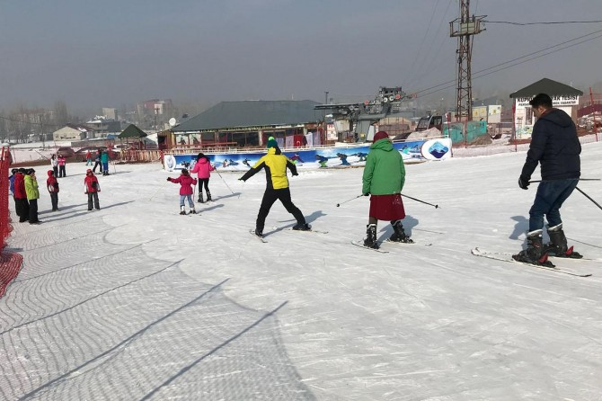 Sevgi Evlerinde kalan çocuklara kayak eğitimi verildi