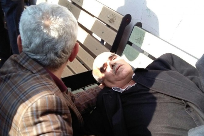 Kalp krizi geçiren adamın yardımına cami cemaati koştu