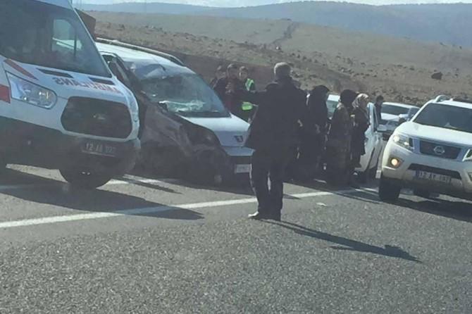 Solhan Yüzen Adalar yolu mevkiinde TIR'a arkadan çarpan araçta 8 kişi yaralandı