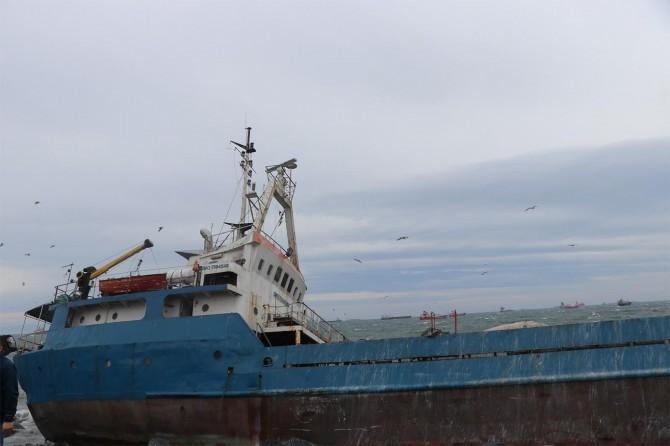 Zeytinburnu'nda gemi karaya vurdu