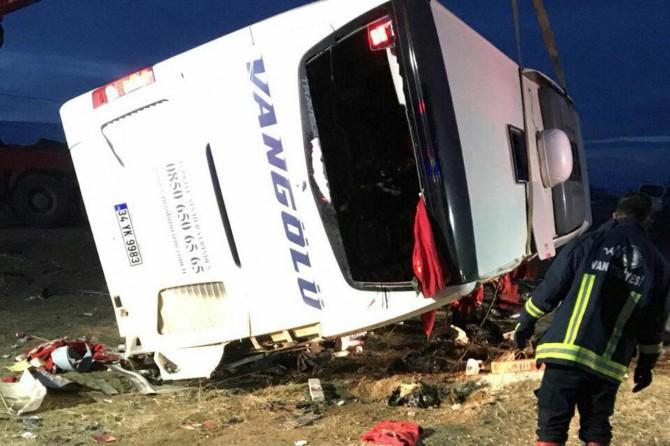 Yolcu otobüsü devrildi: 2 ölü 22 yaralı
