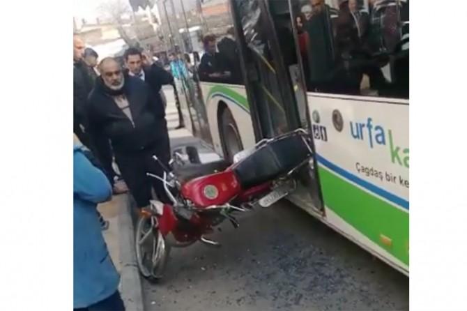 Şehir içi otobüsü park halindeki motora çarptı