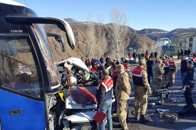 Yolcu otobüsü ile kamyonet kafa kafaya çarpıştı: 4 ölü 7 yaralı