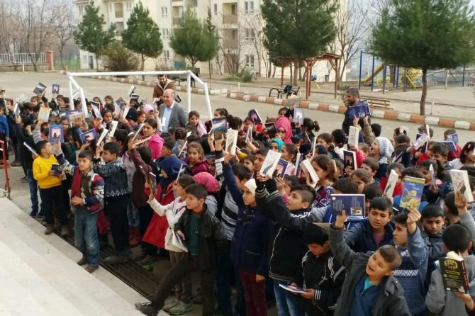 Kozluk'ta yüzlerce öğrenciye kitap dağıtıldı
