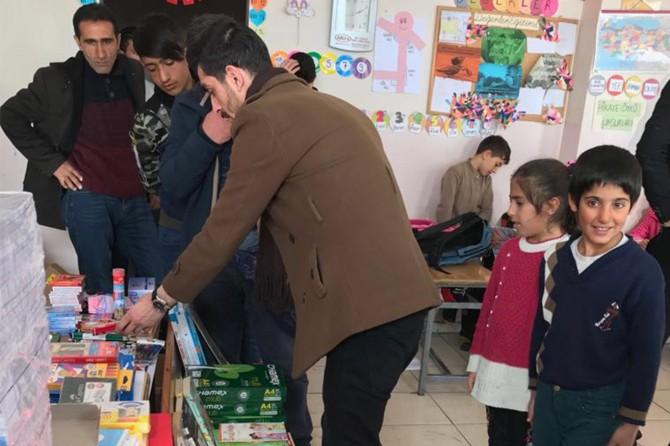 Karlıova'da köy okuluna kırtasiye malzemesi yardımı yapıldı