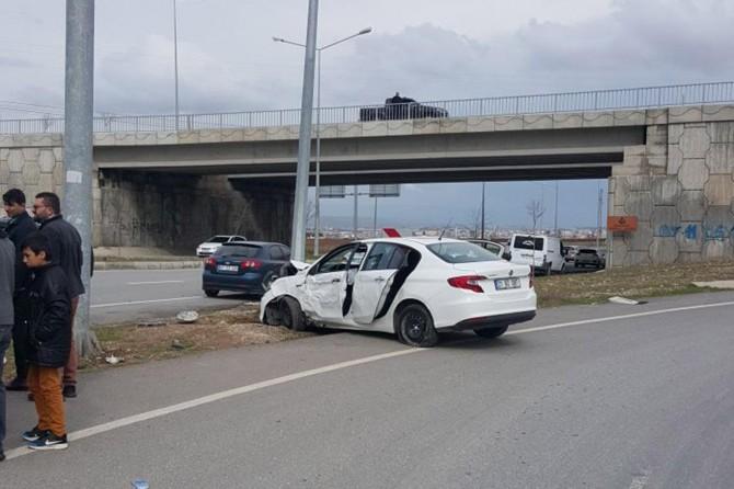 Otomobil aydınlatma direğine çarptı: Bir yaralı