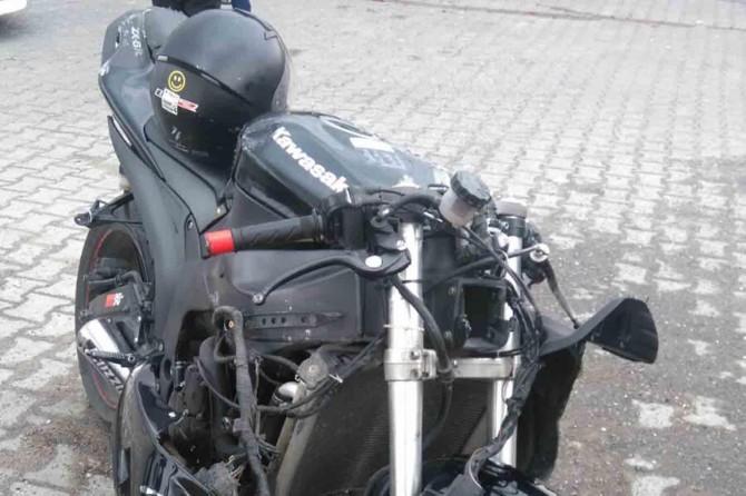 Aşırı hız yapan motorun sürücüsü ağır yaralandı