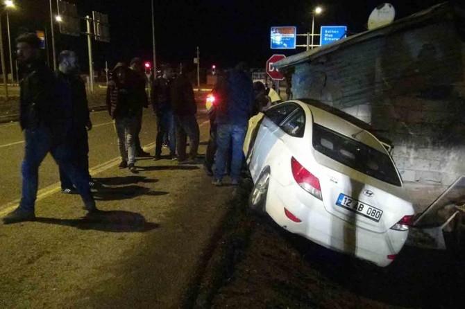 Otomobil iş yerine daldı: Bir yaralı
