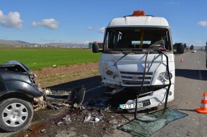 Şehir içi minibüsü ile hafif ticari araç çarpıştı: 3 yaralı