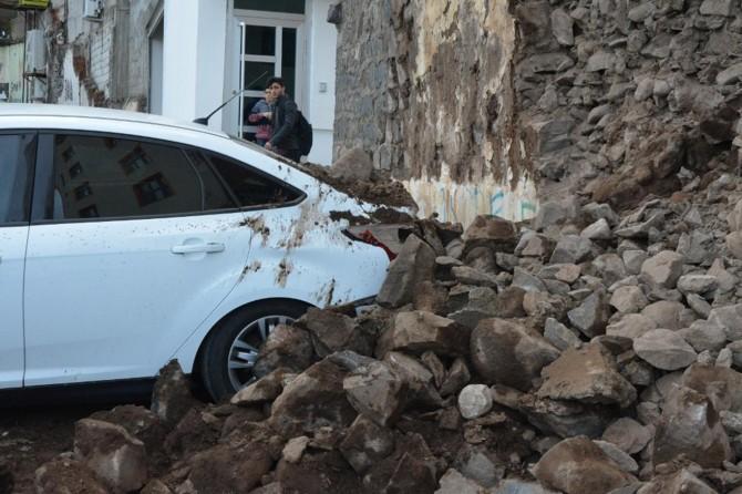 Otoparktaki otomobillerin üzerine duvar çöktü