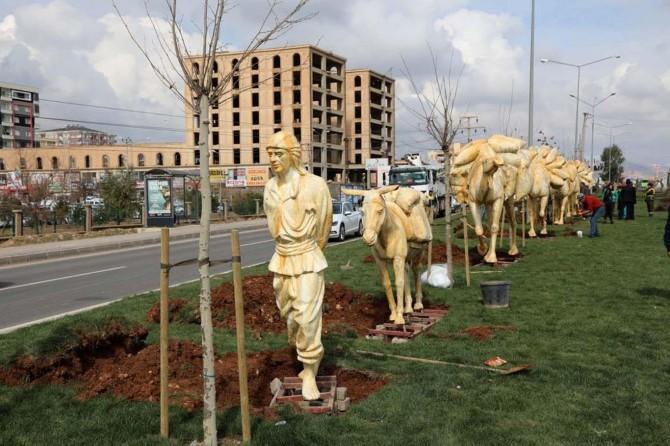 Mardin-Kızıltepe Karayoluna deve kervanı figürleri yerleştirildi