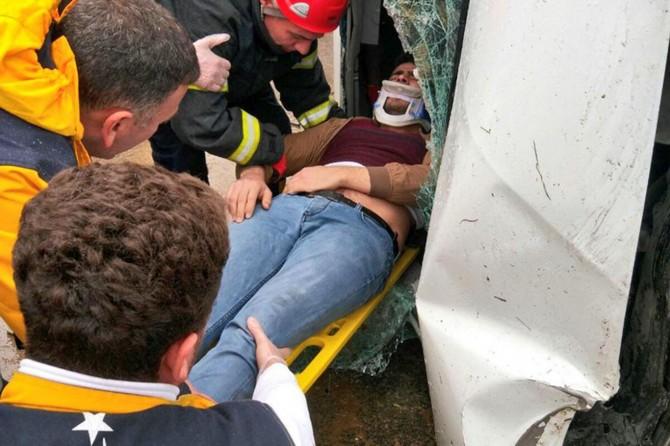 Kaldırıma çarpan otomobilin sürücüsü araçta sıkıştı
