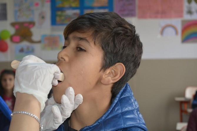 Suriyeli öğrenciler diş taramasından geçirildi