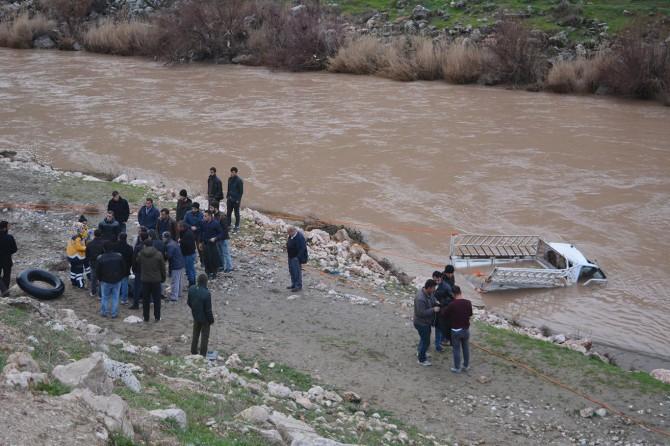 Garzan Çayı'na düşen kamyonet bulundu: Bir ölü