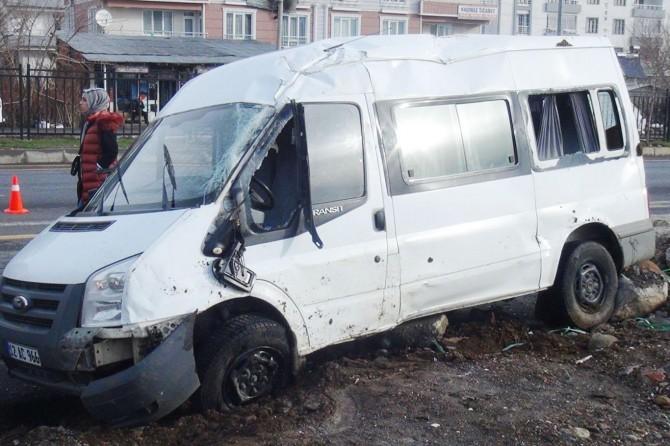 Cezaevi personeli taşıyan araç devrildi: 3 yaralı
